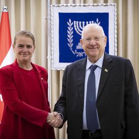La gouverneure générale et le Président Rivlin se serrent la main.