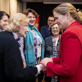 La gouverneure générale serre la main d'une survivante de l'Holocauste.