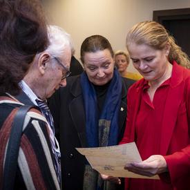 La gouverneure générale lit une lettre qui lui a été remise par un survivant de l'Holocauste.