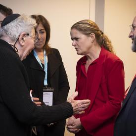 La gouverneure générale s'entretient avec un survivant de l'Holocauste.