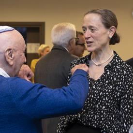 Leslie Scanlon, l'ambassadeure du Canada en Pologne, s'entretient avec un survivant de l'Holocauste.