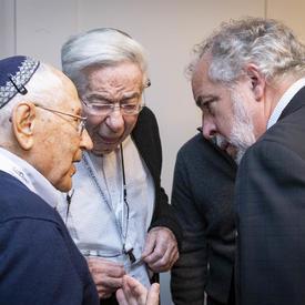 Le député canadien Rhéal Éloi Fortin discute avec des survivants de l'Holocauste
