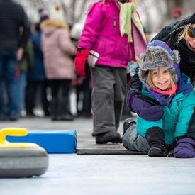 Des bénévoles ont expliqué comment utiliser les brosses et les balais du curling.