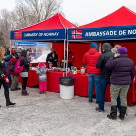 Les visiteurs se sont promenés sur le domaine et ont découvert comment différents pays embrassent les mois les plus froids de l'année en dégustant leurs activités et mets traditionnels.