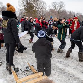 Des étudiants du Nunavut ont fait connaître la culture et la langue inuites à l'aide de tambours, de danses, de chants de gorge et d'activités hivernales.