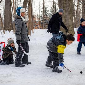 Pendant la Célébration hivernale, les visiteurs se sont amusés à l'extérieur en pratiquant divers sports d'hiver.