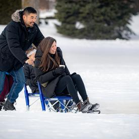 Une équipe de l'ambassade de Finlande aidait les participants à essayer la luge-patinette, un traîneau unique en forme de chaise sur patins.