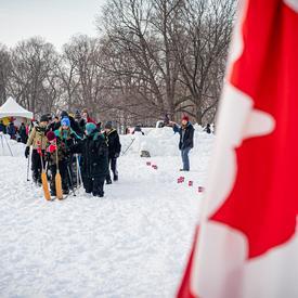 Cette activité, organisée par l'ambassade royale de Norvège, encourageait les visiteurs à chausser des skis géants pouvant accommoder huit adultes à la fois. Les participants tentaient ensuite d'avancer à l'unisson, sans tomber ni s'arrêter.