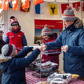 Plusieurs ambassades ont offert de délicieuses collations et de boissons chaudes aux visiteurs aidant à les garder au chaud. L'ambassade de la Suisse a servi de la raclette.