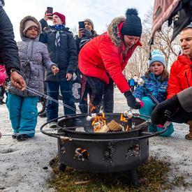 Les visiteurs se sont réchauffés près du feu en mangeant des S'mores. L'activité était offerte par le YMCA-YWCA.
