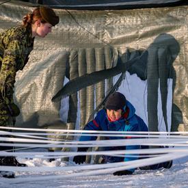Des membres du Governor General's Foot Guards ont présenté quelques-uns de leurs exercices dans le cadre d'une course à obstacles amusante sur le domaine.