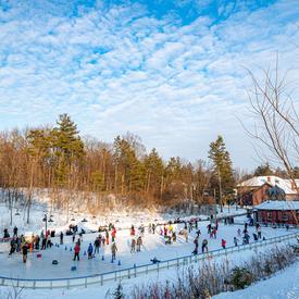 Les visiteurs se sont amusés sur la patinoire historique de Rideau Hall, aménagée pour la première fois en 1872 par lord Dufferin, troisième gouverneur général du Canada.