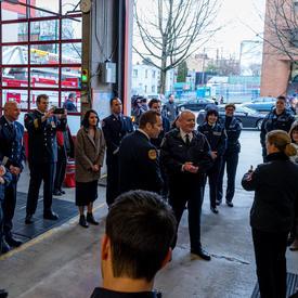 La gouverneure générale rencontre les premiers intervenants dans une caserne de pompiers à Vancouver.