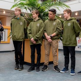 La gouverneure générale rencontre cinq adolescents qui ont réalisé un acte héroïque au District Hall de North Vancouver.