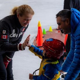 La gouverneure générale patine avec des membres de la communauté.