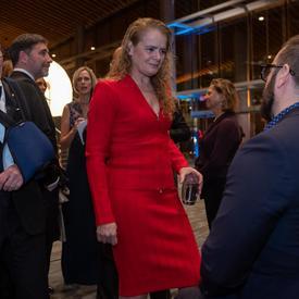 La gouverneure générale rencontre des gens lors d'un gala à Vancouver.