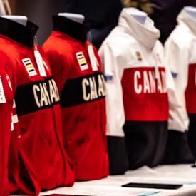 Une photo de l'équipement olympique canadien sur des mannequins.