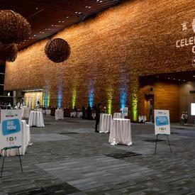 Une photo prise à l'intérieur du Centre des congrès de Vancouver.
