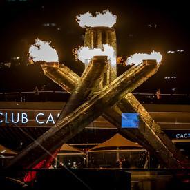 La vasque olympique de Vancouver 2010 allumée lors d'une nuit de Vancouver.