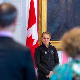 Deux enseignants se lèvent pour remercier la gouverneur générale.