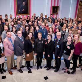 Une photo de groupe avec la gouverneure générale et les enseignants.