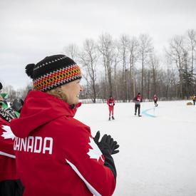 La gouverneure générale encourage les athlètes en raquettes lors d'une course.