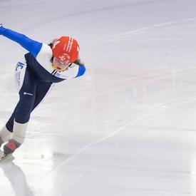 Un patineur de vitesse prend un virage serré lors d'une course aux Jeux olympiques spéciaux.