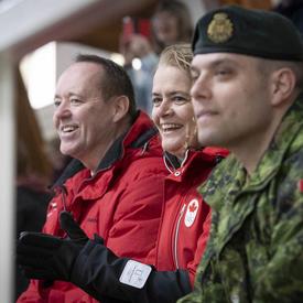 La gouverneure générale encourage les athlètes lors d'une course de patinage de vitesse serrée.