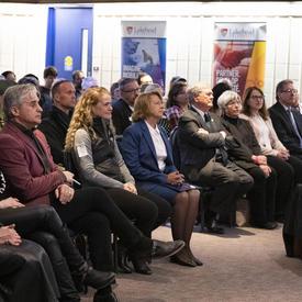 La gouverneure générale assise dans une salle avant de monter sur scène pour faire une présentation.