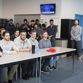La gouverneure générale répond à des questions d'étudiants au Centre d'excellence en aviation.