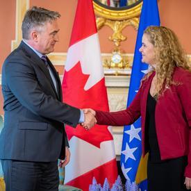 La gouverneure générale et le président de la présidence de Bosnie-Herzégovine se serrent la main.