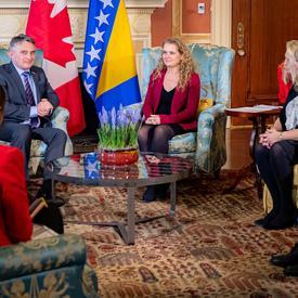 Des représentants du gouvernement canadien et des membres de la délégation de Bosnie-Herzégovine assistent à une réunion avec la gouverneur général et son Excellence Željko Komšić. Tout le monde est assis sur des chaises.