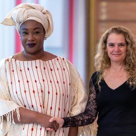 La gouverneure générale serre la main de l'ambassadrice désignée de la République du Mali.