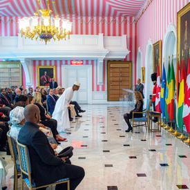 L'ambassadeur désigné de la République de Guinée salue la gouverneure générale avant de lui présenter ses lettres de créance.