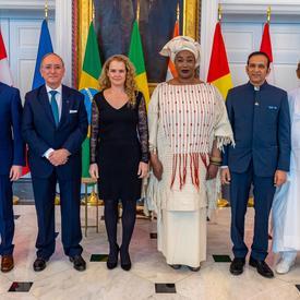 La gouverneure générale se tient debout et pose pour une photo avec les nouveaux chefs de mission au Canada.