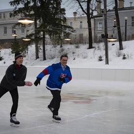 Deux membres du corps diplomatique patinent à la patinoire de Rideau Hall.