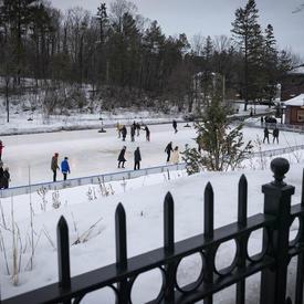 Une photo de la patinoire de Rideau Hall prise du haut, pleine de patineurs.