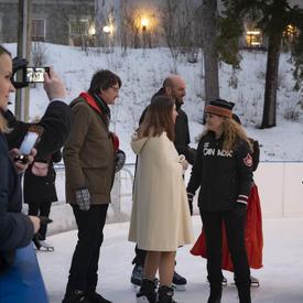 Une photo de la rencontre de la gouverneure générale avec des membres du corps diplomatique à la patinoire de Rideau Hall.