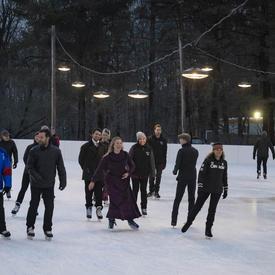 La gouverneure générale patine avec des membres du corps diplomatique lors de la réception hivernale pour le corps diplomatique.
