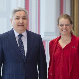 La gouverneure générale prend une photo avec l'ambassadeur désigné de la République kirghize.