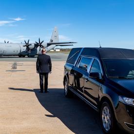 Un avion transportant le corps de la capitaine Jennifer Casey arrive à l'aéroport international Stanfield de Halifax.