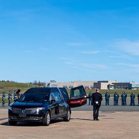 Des membres des Forces armées canadiennes, dont le général Vance, chef d'état-major de la défense, saluent le cercueil à sa sortie de l'avion.