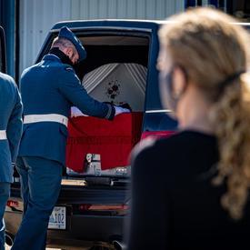 La gouverneure générale et commandante en chef du Canada salue alors que le cercueil du capitaine Jennifer Casey est placé dans le corbillard.