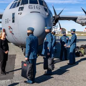 La gouverneure générale et commandante en chef du Canada parle avec des membres de l'Armée de l'air royale canadienne.