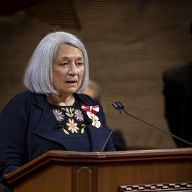 Mary May Simon prend la parole au pupitre de la salle du Sénat.