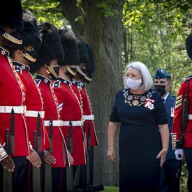 La gouverneure générale Mary May Simon procède à sa première revue de la garde à l'extérieur de Rideau Hall.