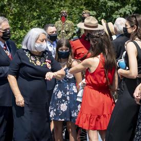 La gouverneure générale Mary May Simon salue sa famille et ses amis à l'extérieur de Rideau Hall.