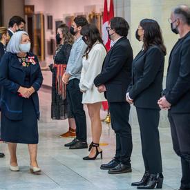 La gouverneure générale Mary May Simon remercie les artistes qui se sont produits lors de la cérémonie d'installation.