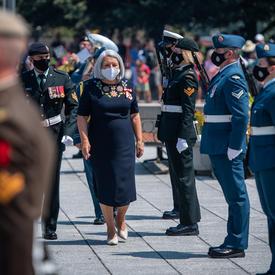 La gouverneure générale Mary May Simon quitte le Monument commémoratif de guerre.