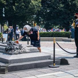 La gouverneure générale Mary May Simon dépose une gerbe de fleurs sur la Tombe du Soldat inconnu.
